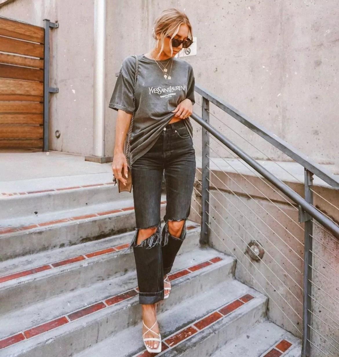camiseta larga, jeans e sandálias