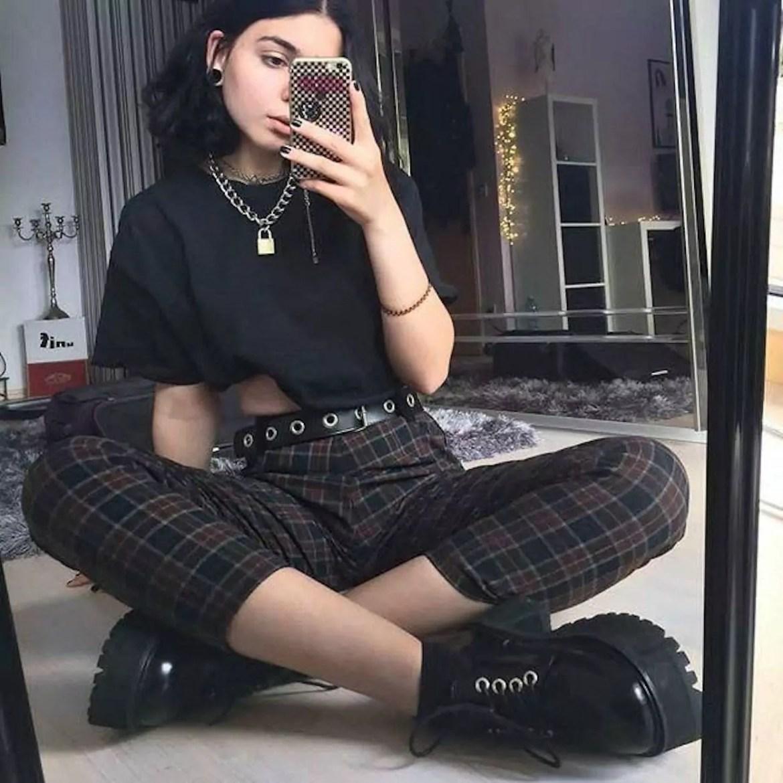 calça xadrez e camiseta preta