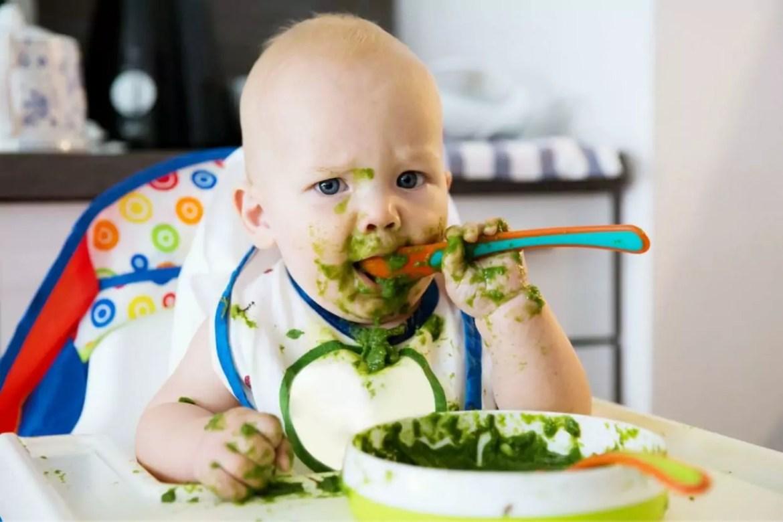 Bebê passando pela introdução alimentar no método BLW
