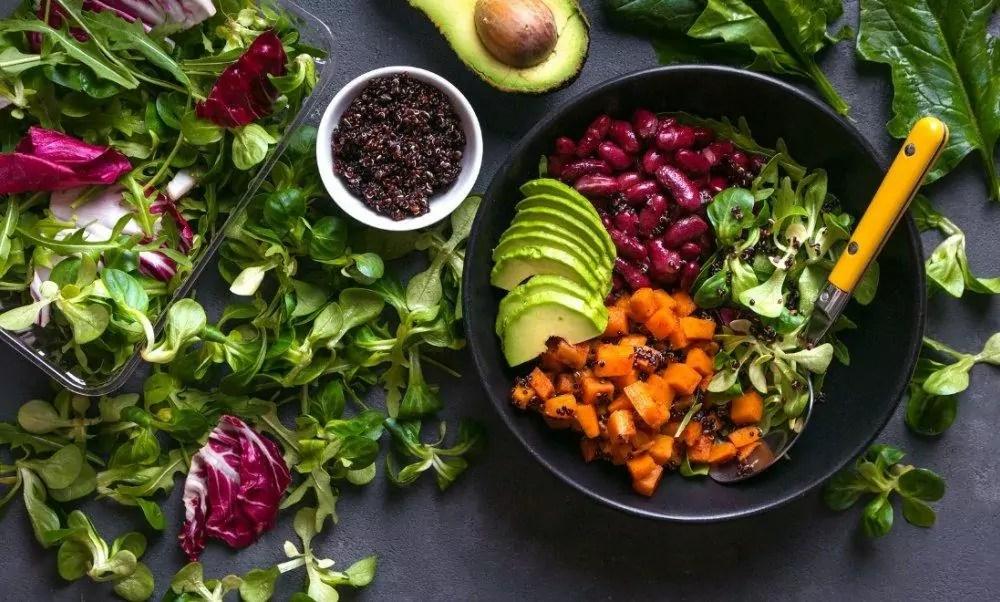 Foto mostra mesa com vegetais