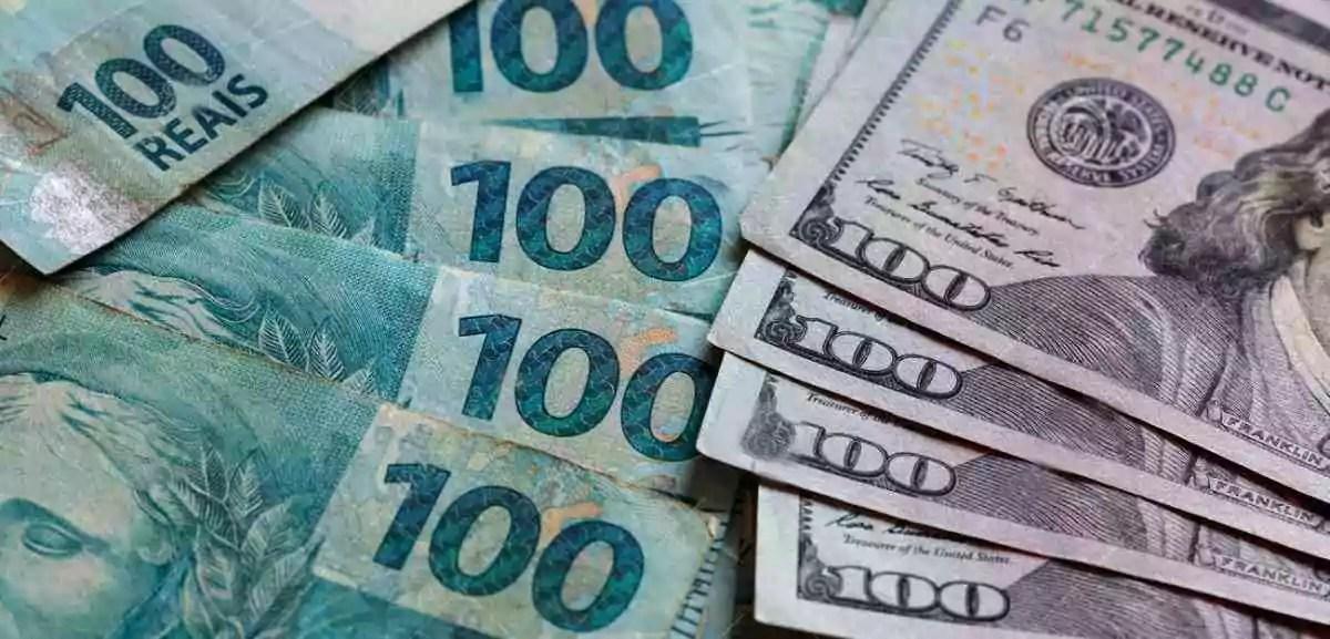 notas de Reais para comprar dólares, em cédulas de 100