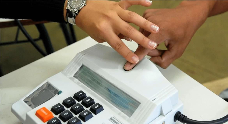 Foto mostra coleta de biometria nas eleições