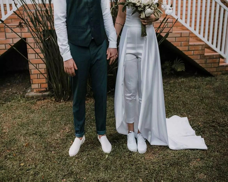 casal estiloso casamento tênis