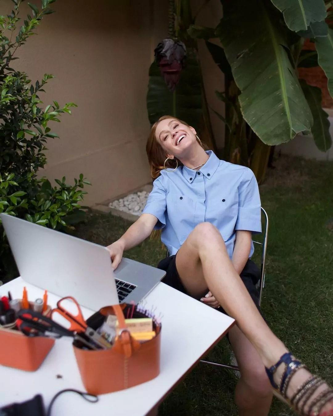 Imagem mostra Marina Ruy Barbosa trabalhando em frente ao laptop