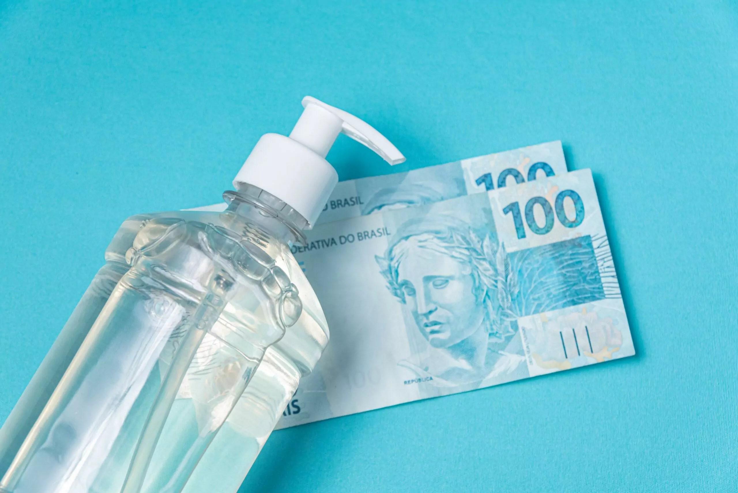 Notas de R$ 100 e álcool gel