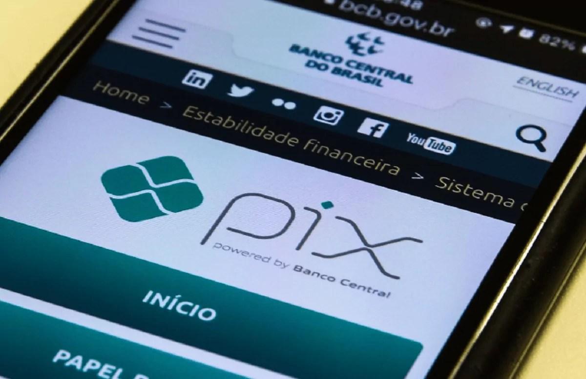 Celular aberto no aplicativo do banco para cadastrar chave do Pix