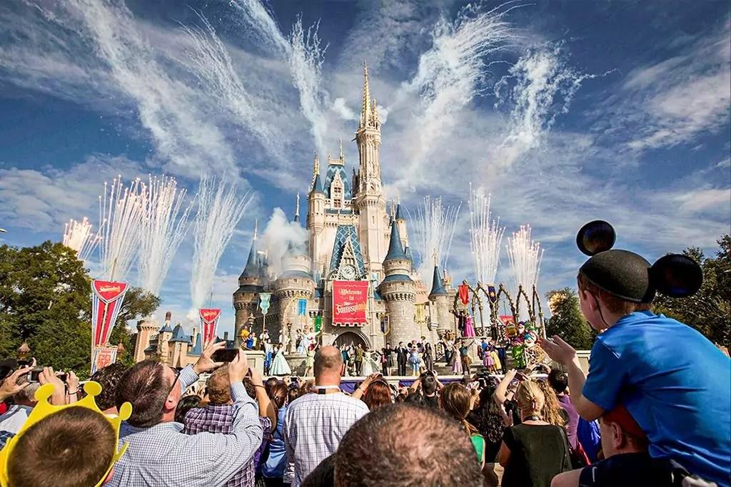 Mega da Virada 2020 - a imagem mostra pessoas no parque da Disney