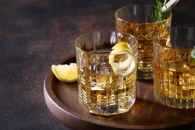 Foto mostra copos com whisky