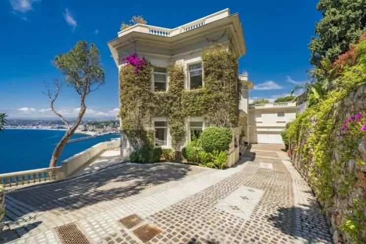 A imagem mostra a fachada da casa do ator Sean Connery