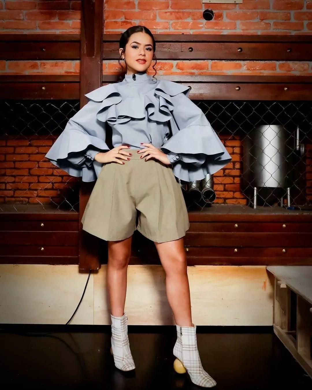 Imagem mostra Maisa com roupa volumosa