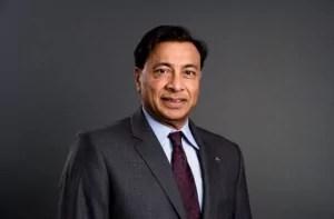 Foto do empresário Lakshmi Mittal em matéria sobre pessoas pobres que ficaram ricas
