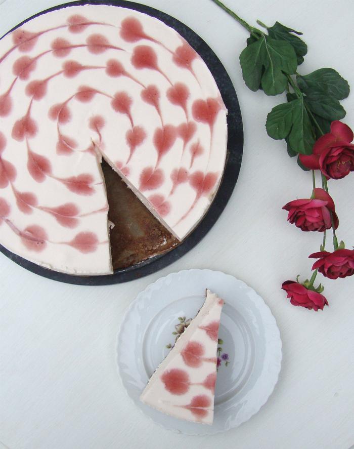 Aardbeienkwarktaart met browniebodem en hartjes
