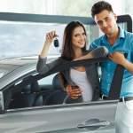 Jeunes acheteurs de voiture chez le concessionnaire
