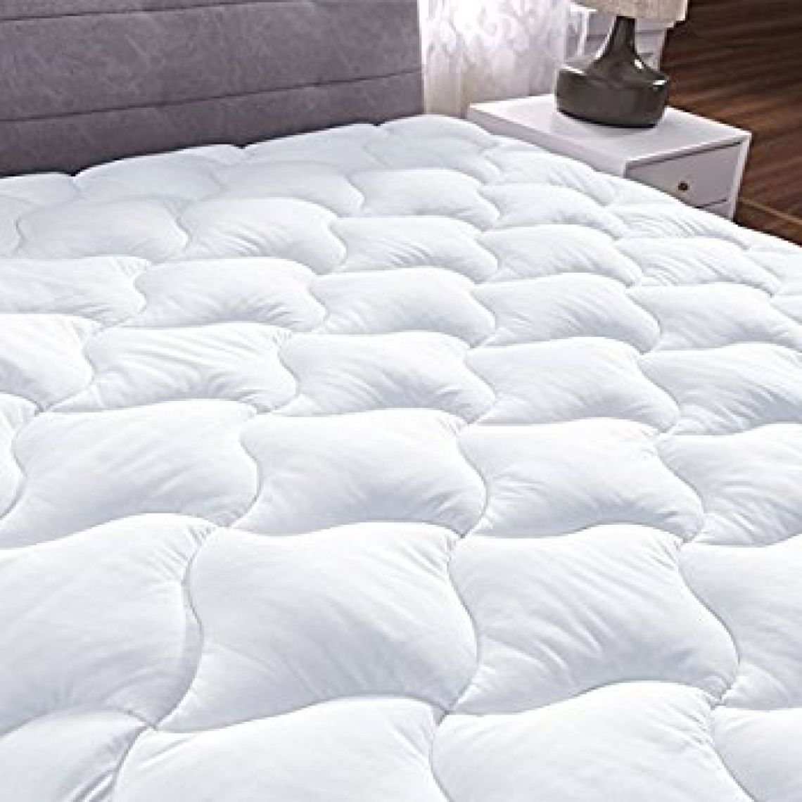 """Amazon.com: YOUMAKO Queen Size Mattress Pad Cover Hypoallergenic Quilted Pillowtop 8-21""""Deep Pocket Topper: Bedding & Bath"""