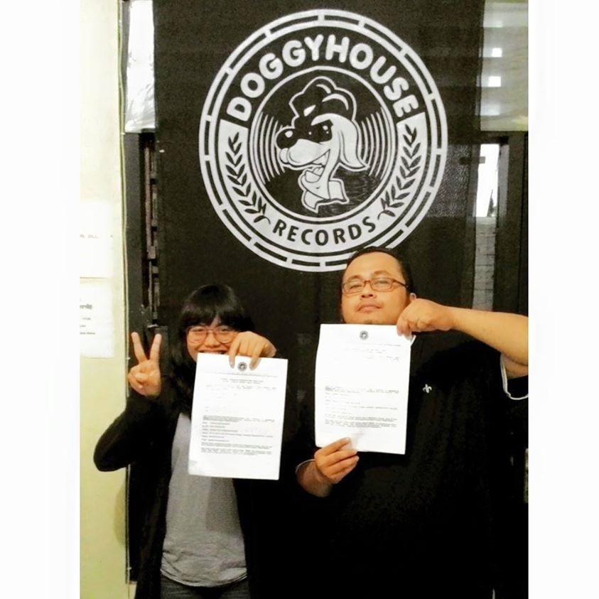 Summer In Vienna menanda tangani kontrak dengan Doggy House Records