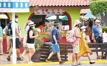 Shipping tourists visit the port.