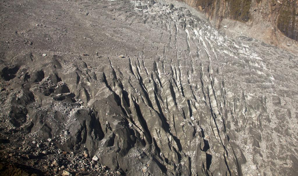 冰河表面有很多碎石