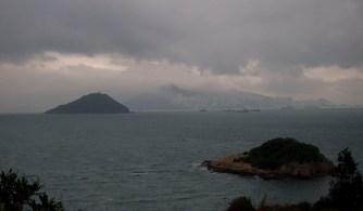 在手指山頂上欣賞風景,天色昏暗,開始下毛毛雨