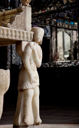 托著王座的全是雕刻精細的人