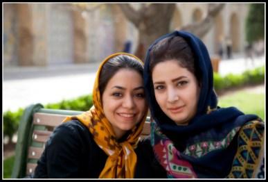 在古列斯坦皇宮(Golestan Palace)內聊天的德黑蘭美女