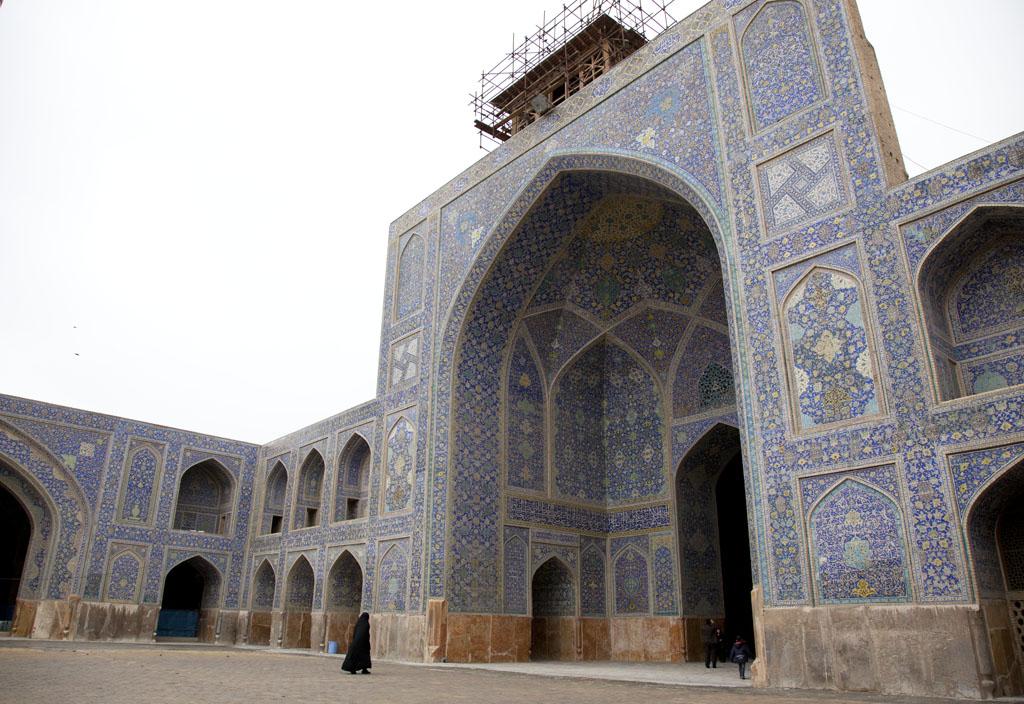 伊瑪目清真寺入口鋪滿漂亮的藍花瓷磚