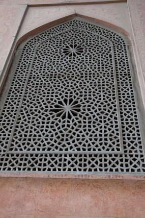 雕刻精緻的古老木窗