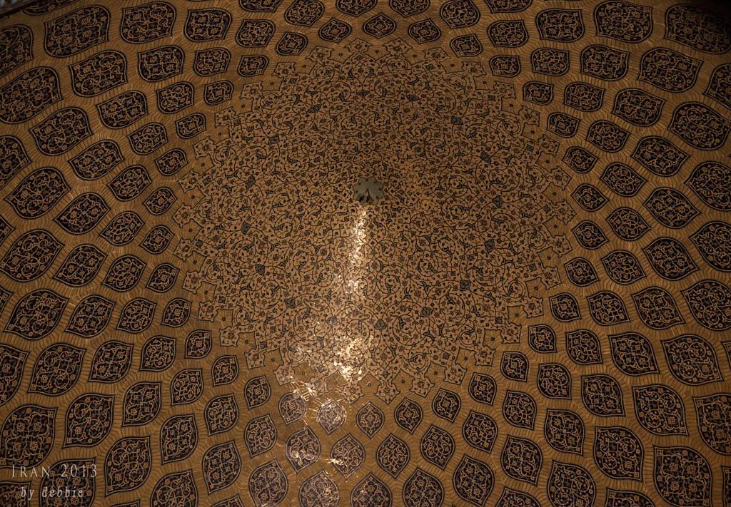 當陽光透過阿拉伯式花卉圖案的小窗射進來時,便會形成一道光,就像孔雀的尾巴