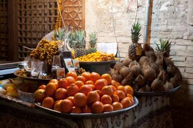 市集內賣橙和椰子的小販
