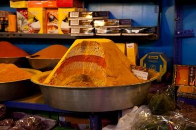 伊朗人很喜歡在菜餚內加入香料,各式香料會堆成金字塔般