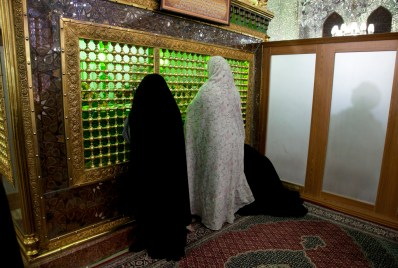 陵龕放在中央,右邊白色牆後面就是男士祈禱區