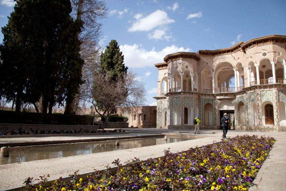 Bagh-E Shahzde 皇宮內的水池,四周種滿樹木和花卉