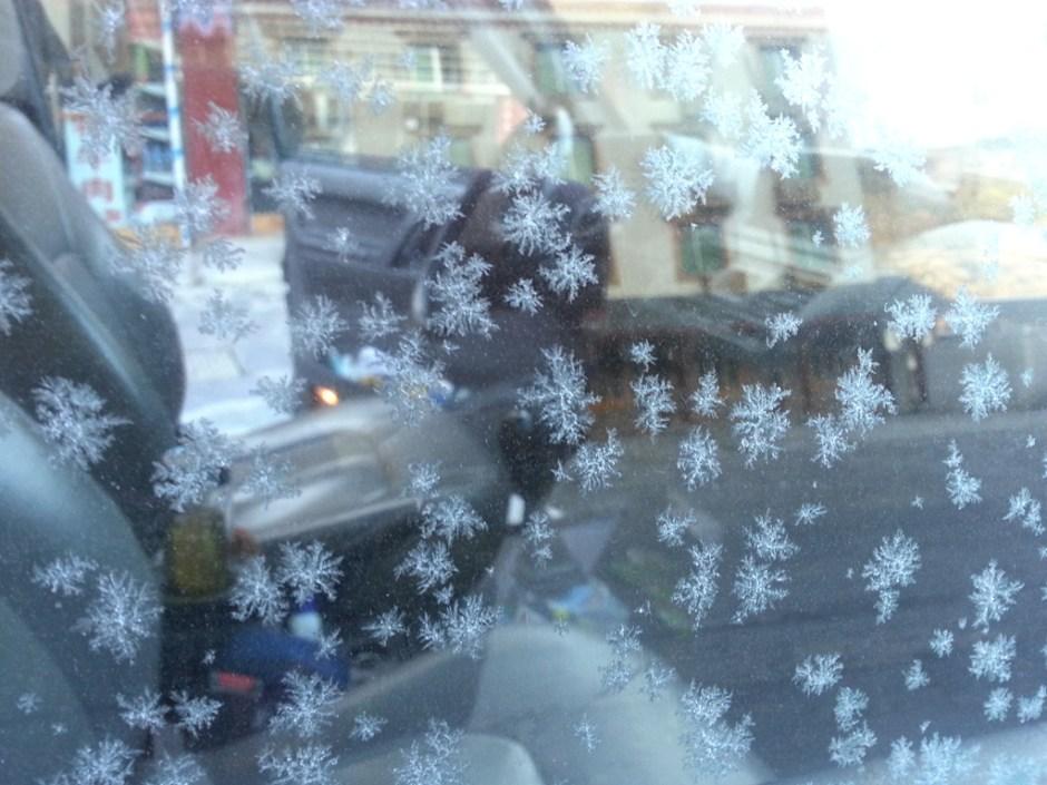 結了冰的玻璃窗