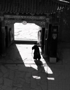 一名藏婦走入寺内
