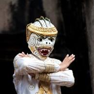 在佛塔前跳傳統舞蹈
