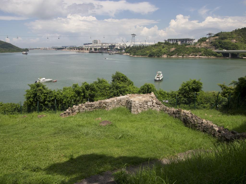 現只留下一道L形的圍牆的東涌小炮台