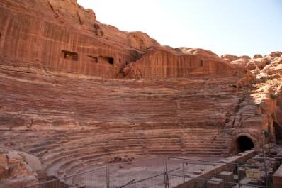 大劇院由一整塊岩石開鑿出來,可容納6000人
