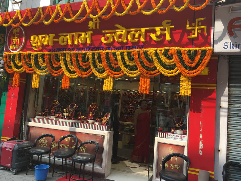A shop selling all kinds of jewelry made of gold.