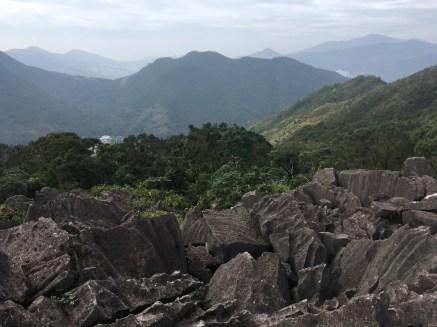 石與石之間滿佈罅隙,沒有固定的攀登路線。