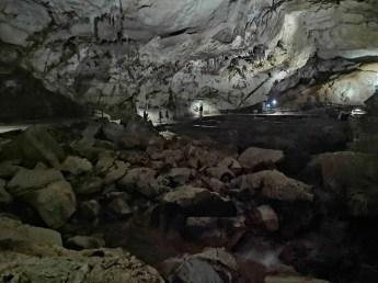洞內有很大的地下水池