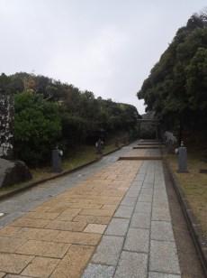 由停車場沿小徑行上神社