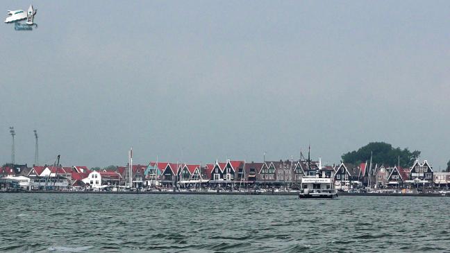 Zicht op Volendam waar de Marken Express een veerdienst onderhoudt - De Canicula