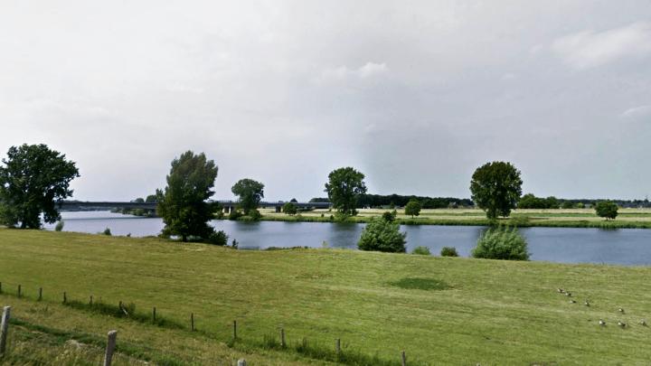 De Maas bij Ravenstein - De Canicula.nl