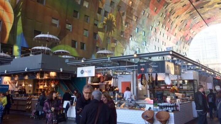 In de enorme Markthal zijn vooral veel foodkramen gevestigd. In de wanden zijn woningen gemaakt. - De Canicula