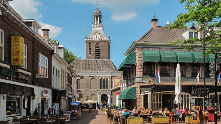 Er is doorgaans veel gezelligheid rond de Grote of Mariakerk. Foto: Wikipedia/Michiel Verbeek