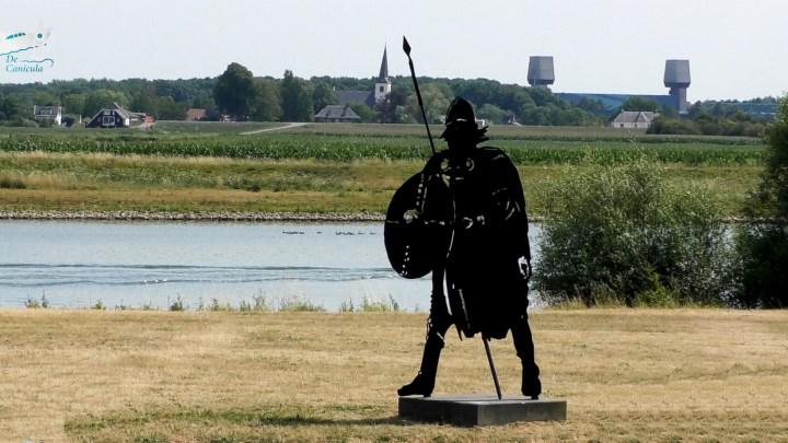 Achter de Viking de kerktoren van het Gelderse Rijswijk. Links daarvan de prinses Marijkesluis in het Amsterdam-Rijnkanaal - Varen met de Canicula - Over de Lek naar Wijk bij Duurstede