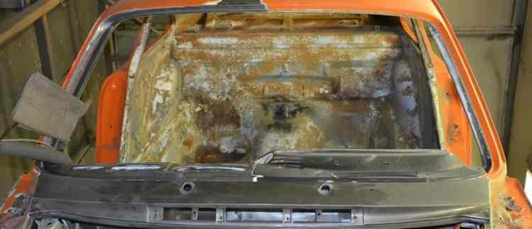 intérieur caisse de Porsche avant décapage par décapsoft