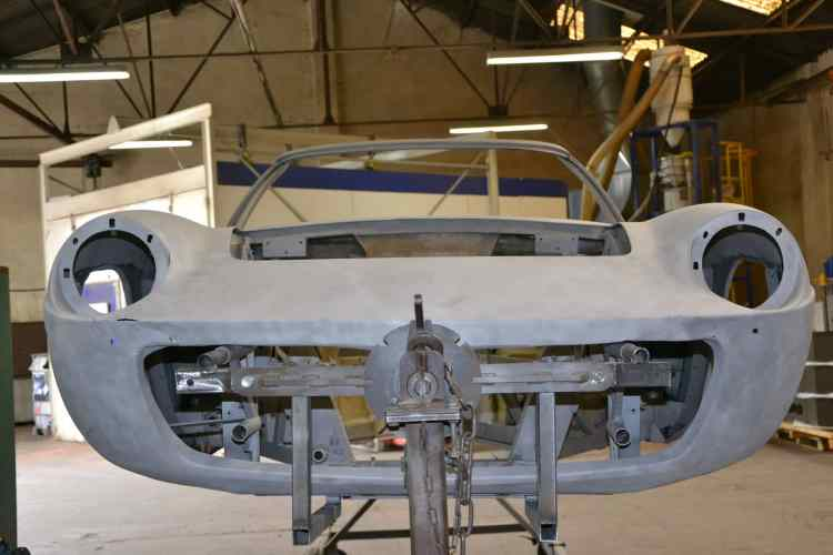 Maserati Mistral 1966 aérogommage en atelier