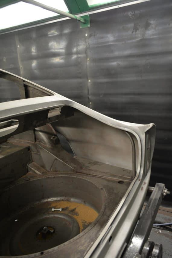 aston martin DB5 emplacement roue de secoure