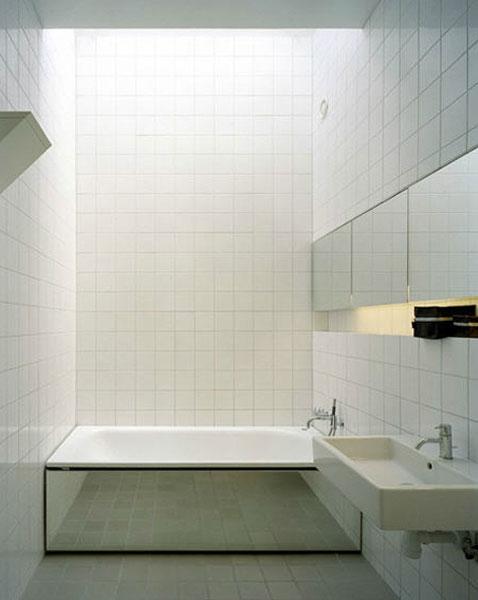 salle de bain design avec carrelage blanc sol et mur pour habiller le tablier de la