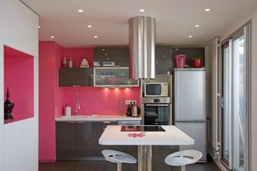 Cuisine Design En Rose Et Gris Les Meubles Gris Soutenu Contrastent Avec La Couleur Rose